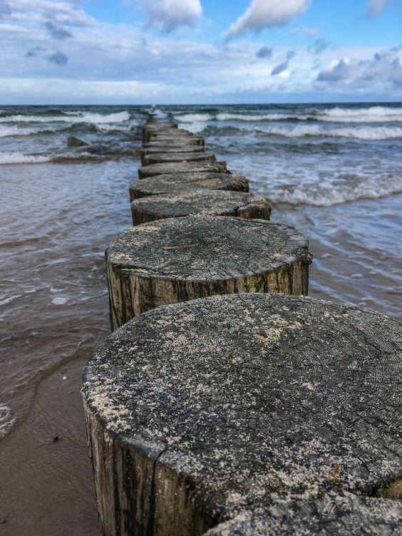 Волнорезы на Балтийском море. Фото Жени Шведы