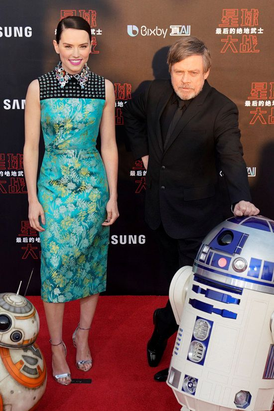 Pin By Romane On Daisy Ridley In 2020 Mark Hamill Red Carpet Looks Sleeveless Floral Dress