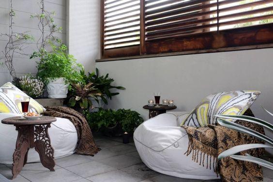 weiße Sitzsäcke mit Beistelltische im orientalischen Stil
