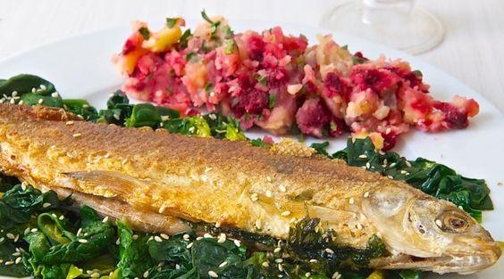Rezept: Gebratener Fisch auf Sesam-Blattspinat mit Rote Bete-Fischkartoffeln