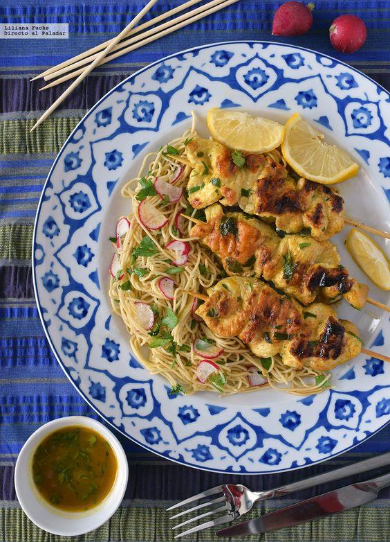 Satay de pollo marinado al albaricoque con ensalada de noodles.