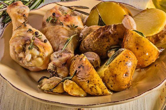 Knoblauchhähnchen mit Kartoffeln und Rosmarin  Junge Kartoffeln und kross gebratenes Hähnchen mit Knoblauch und Rosmarin aromatisiert. Ein herrlicher Genuss aus dem Backofen.  http://einfach-schnell-gesund-kochen.de/knoblauchhaehnchen-mit-kartoffeln-und-rosmarin/