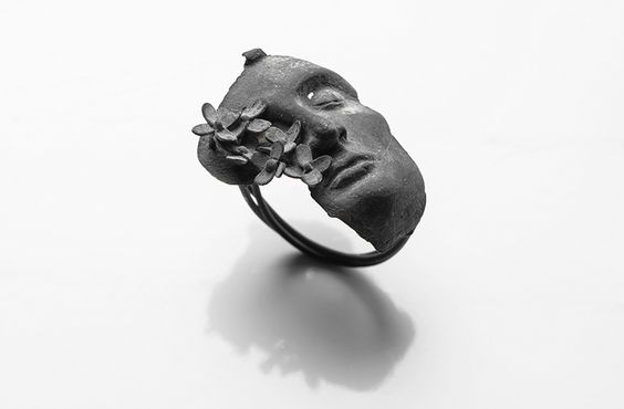 Burcu Büyükünal Ring: Let It…, 2016 400 karat silver 2 x 3 x 3 cm Photo by: Umut Töre
