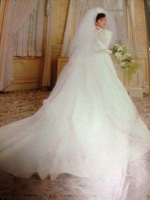 純白のウエディングドレス姿の二谷友里恵