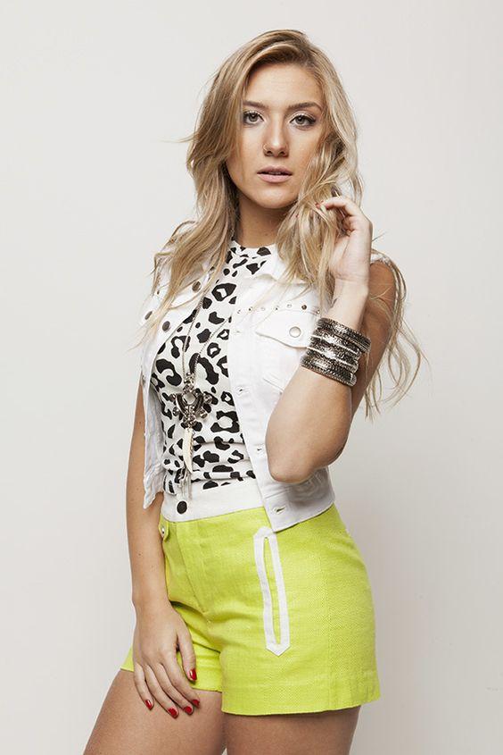 Blusa onça malha P&B, colete jeans branco e shortinho verde limão #AnnaBellaLoja
