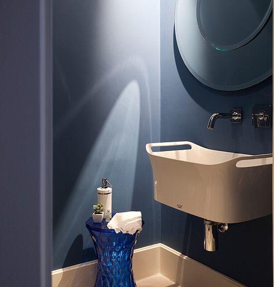 O azul intenso domina o lavabo, com cuba Axor Urquiola, de Patricia Urquiola, na Metalbagno, e espelho da Cecilia Dale. O tamborete Stone é criação de Marcel Wanders para a Kartell. Piso de limestone da Pedras Morumbi (Foto: Maíra Acayaba/Editora Globo)