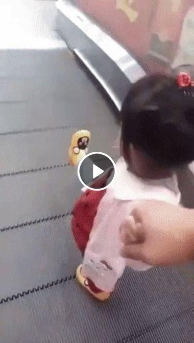 Essa menininha inventou um jeito bem legal para descer a escada rolante
