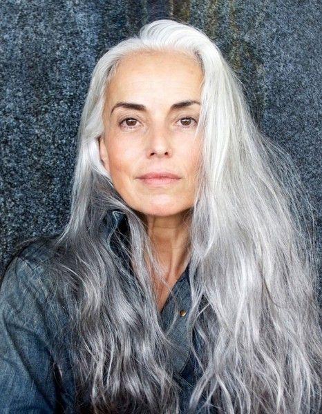 Que vous ayez décidé d'assumer vos cheveux devenus naturellement blancs ou gris avec l'âge ou que vous les ayez coloré, voici 20 idées de coiffure ou de coloration repérées sur Pinterest. http://www.elle.fr/Beaute/Cheveux/Tendances/Pinterest-20-jolies-facons-de-porter-les-cheveux-blancs/