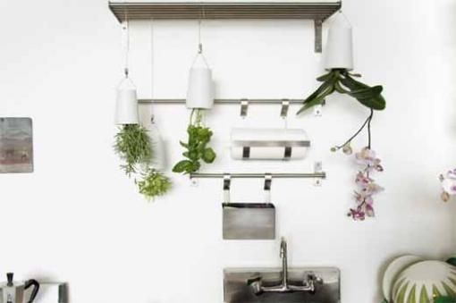 Sky Planter designed by Patrick Morris of New Zealand, providing a revolutionary solution to gardening, with plants turning upside down. With the creation of innovation, reduce watering by 80%. This is to save water and also save time. About Sky Planter, you can see in Boskke.
