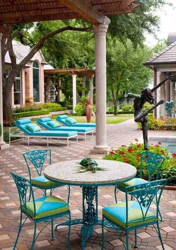 Turquesa y verde manzana en un porche elegante y veraniego que se funde con su entorno