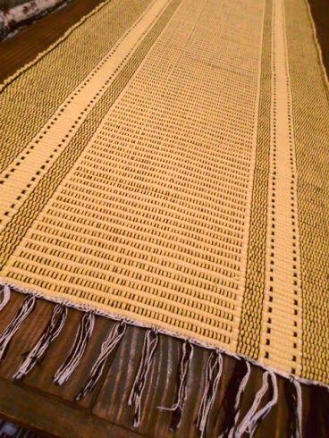 Uma linda passadeira feita manualmente com tirelas de algodão e urdume também em fios de algodão.