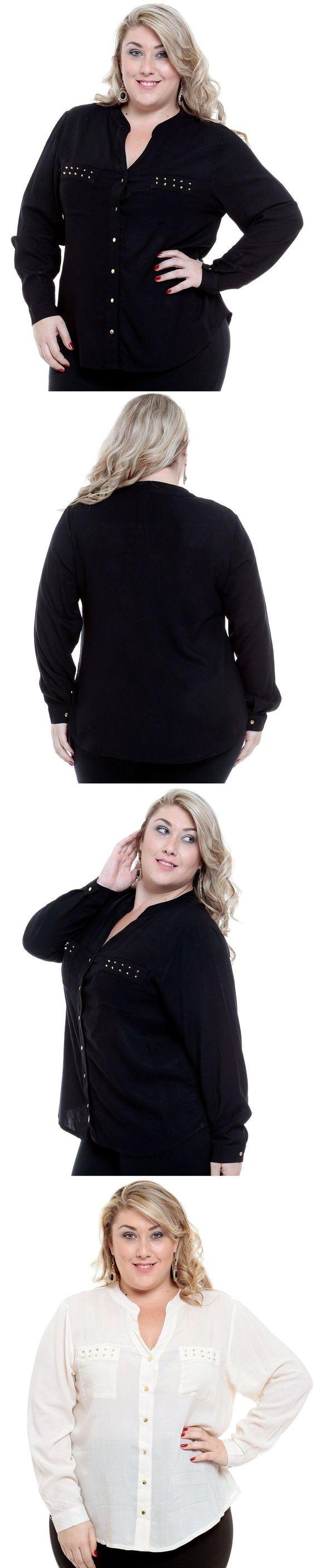 Camisa plus size confeccionada em tecido liso com abertura em botão, decote V, manga longa. Detalhe bolsos na frente com aplicação de spikes dourados e barra assimétrica.