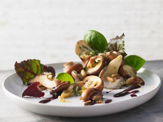Blattsalat mit gemischten Pilzen ist ein Rezept mit frischen Zutaten aus der Kategorie Gemüsesalat. Probieren Sie dieses und weitere Rezepte von EAT SMARTER!