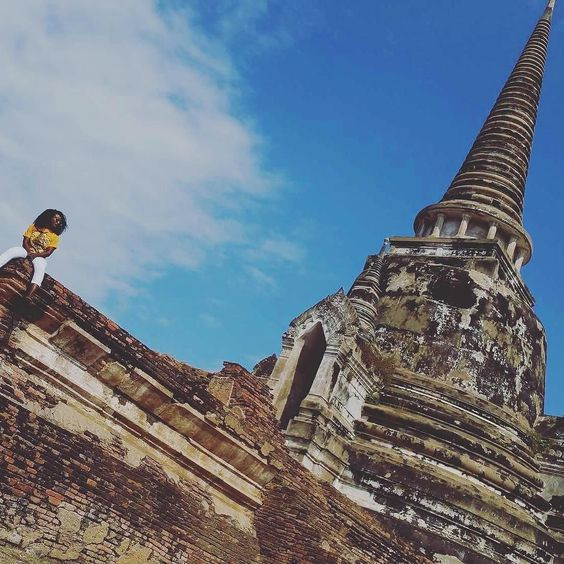 Change your view change your perspective change your life. Looking out in #Thailand with @sacheaaroundtheworld at the #AyutthayaRuins. // Travel Well #TravelFly!
