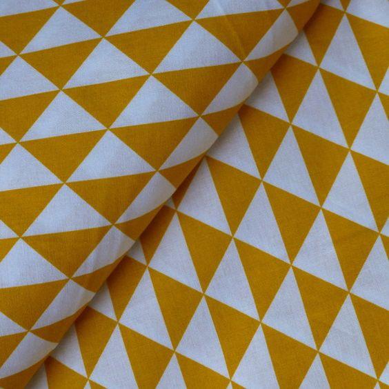 tissu imprimé 100% coton petits triangles jaune moutarde sur fond blanc