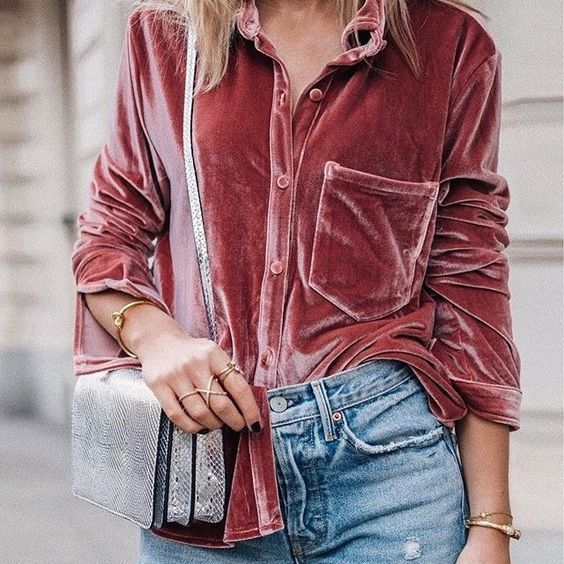 Camisa de veludo rose, bolsa metalizada, calça jeans: