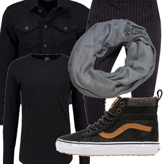 Il taglio elegante dei pantaloni si combina con lo stile sportivo delle sneakers alte. Maglietta minimal, giubbotto di jeans, tutto in nero e foulard al collo.