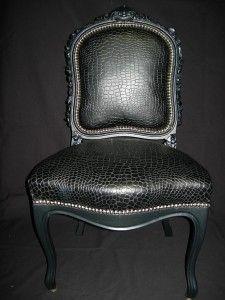 ici crocos de synth se noir pour cette chaise voltaire. Black Bedroom Furniture Sets. Home Design Ideas