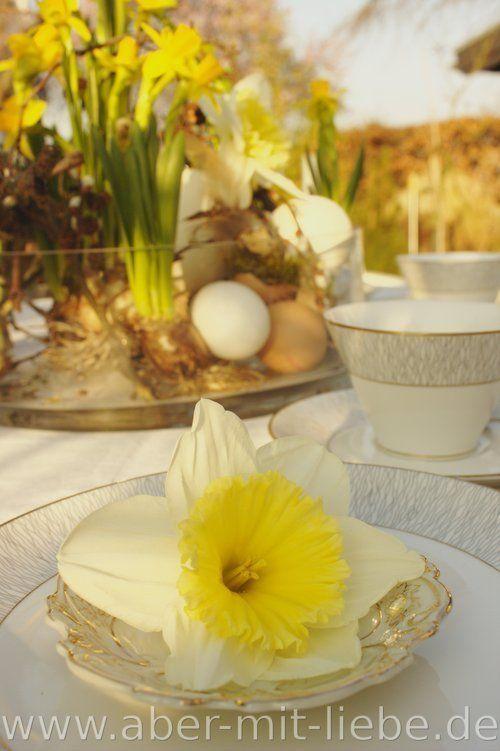 tischdeko f r ostern glasschale mit narzissen bepflanzt eier verschiedene ste und federn. Black Bedroom Furniture Sets. Home Design Ideas