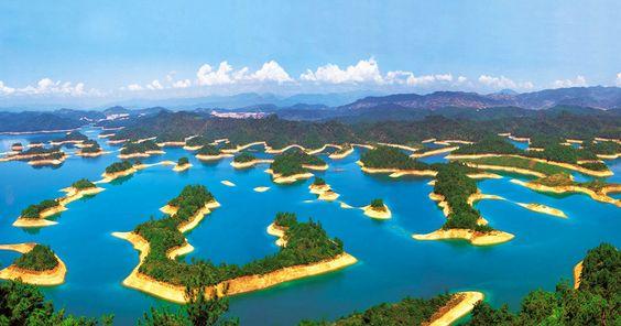 lac-qiando-chine Egalement connu sous le nom de Thousand Island Lake, le lac Qiandao se situe dans la province de Zhejiang, en Chine.