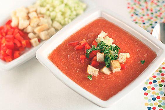 Ainda na onda das receitas para aplacar o calor, você já experimentou sopa fria? Se não, jogue agora seu preconceito na lixeira, e tenta esta receita de gazpacho, a mais famosa das sopas frias. É fresca, é azedinha, e é uma delícia.