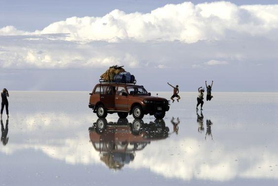 Salar de Uyuni, Bolívia - Não é gelo nem água. É puro sal. Fica no altiplano andino, a 3.650 metros sobre o nível do mar, e é simplesmente o mais vasto deserto de sal do mundo. A região mais visitada pelos turistas chama-se Isla del Pescado, onde há cactos de até 10 metros de altura SUSANA RAAB/NYT