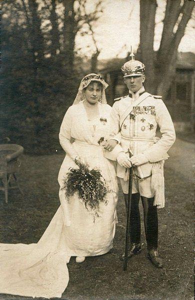 Kürassieroffizier bei seiner Hochzeit in Parademontierung.