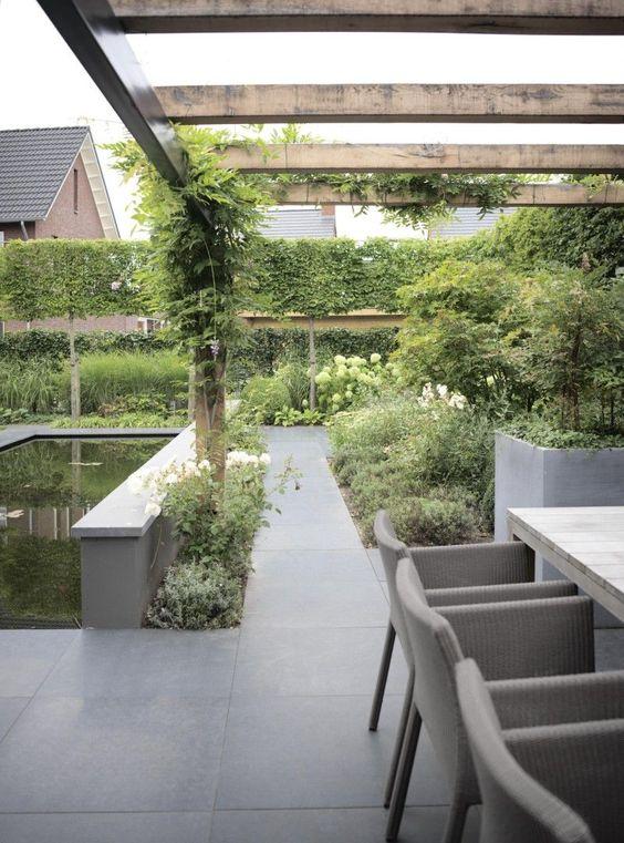 De nieuwbouwtuin krijgt extra sfeer door de strakke leibomen en exclusieve pergola - Tent tuin pergola ...