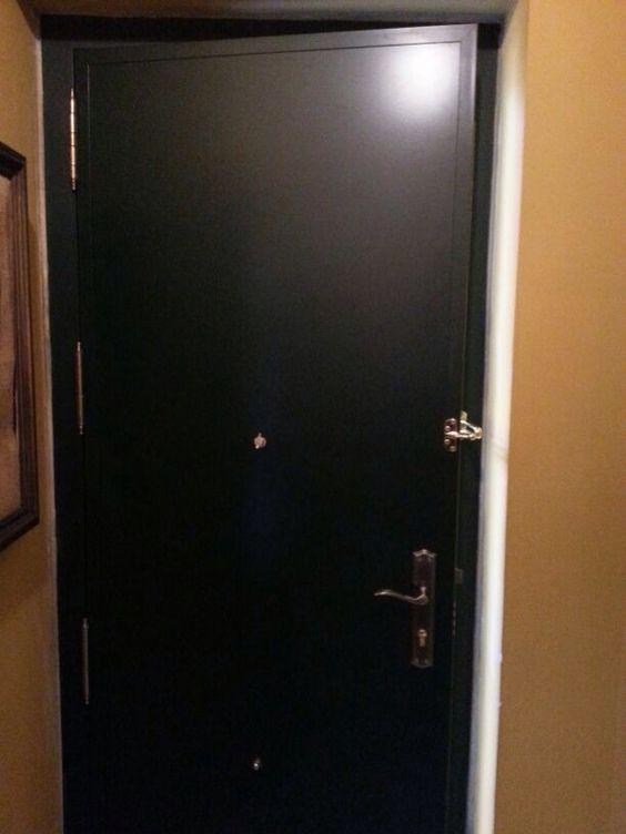Puerta a medida blindada de exterior con decoraci n en for Medidas puertas interior