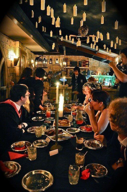 Establecer las velas flotantes en su propia versión de la Gran Sala. | 29 Essentials For Throwing The Perfect Harry Potter Party