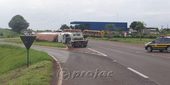 Motorista fica ferido após tombar carreta - http://projac.com.br/noticias/motorista-fica-ferido-apos-tombar-carreta.html