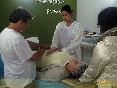 Prática do Reiki. Grupo praticando as posições do Reiki.   Clear your vitality system blockages with the 15 chakra aura therapeutic session and have extra energy. - http://aurachakrahealing.com/