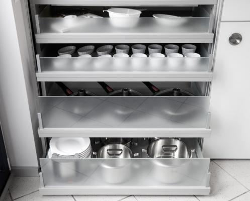 Armario despensa de cocina con estables estantes extraíbles, bandarillas de cristal satinado sujetadas con soportes metálicos.