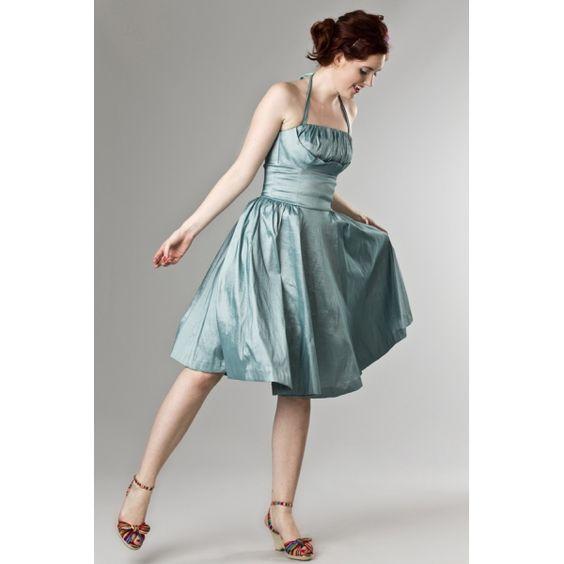 Fresco abito estivo color menta, ricco di dettagli e con gonna a ruota intera.