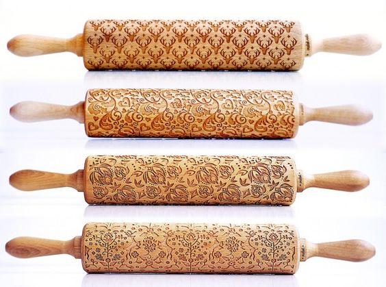 Il y a tout pile un an, nous vous présentions les génialissimes rouleaux à pâtisserie en bois gravé au laser de Zuzia Kozerska.  Le succès a été tel, que Zuzia a travaillé dur pour créer des rouleaux avec de nouveaux motifs, encore plus complexes que précédemment. Ces nouvelles pièces vont permettre de gaufrer vos pâtes à gateau d'un motif labyrinthe, floral, nid d'abeilles…