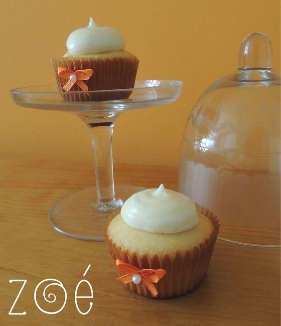 Esses cupcakes além de muito bonitinhos são super gostosos! O bolinho é de baunilha com recheio de creme de goiabada e cobertura de cream cheese. #zoebakes #cupcakes #romeuejulieta #kisscupcakes #creamcheese