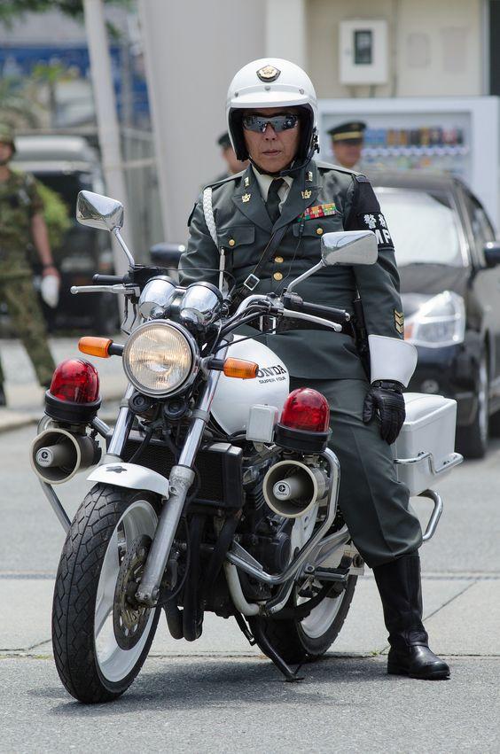 りりしい警官