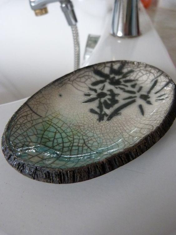 Plat raku mini blanc et turquoise - fleurs noires : Art céramique par le-raku-d-yvanne