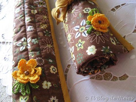 Estuche para las agujas en marron y mostaza, con florecitas.