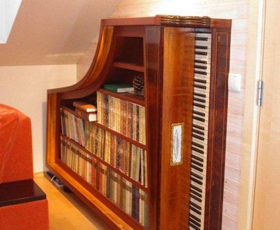 Para quem sempre quis ter um piano em casa (ou no quintal), mas nunca teve porque não sabia tocar. Ou porque era caro demais. Com essas ideias, é possível pegar pianos que não servem mais para música, mas são perfeitos para a decoração. E o melhor.. com um preço bem mais acessível! As opções são inúmeras e dependem das partes do piano que serão utilizadas. Bar, estante, mesa e apoio para plantas são algumas.