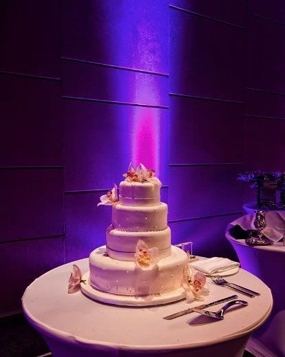 Chic touch to a fab #weddingcake! Photo via #eddieb
