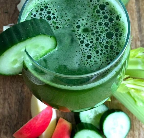 This green juice recipe to lose weight will help you flush your body and lose the bloated feeling. It is perfect to help you fit into that special outfit! #juicingtoloseweight