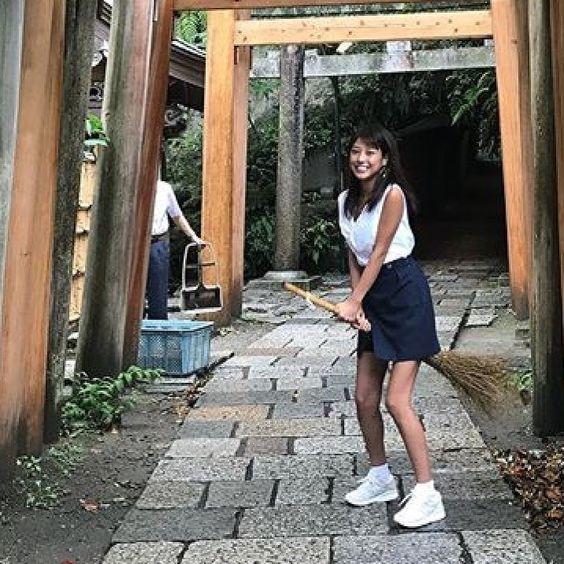 箒に跨る岡副麻希の美人でかわいい画像