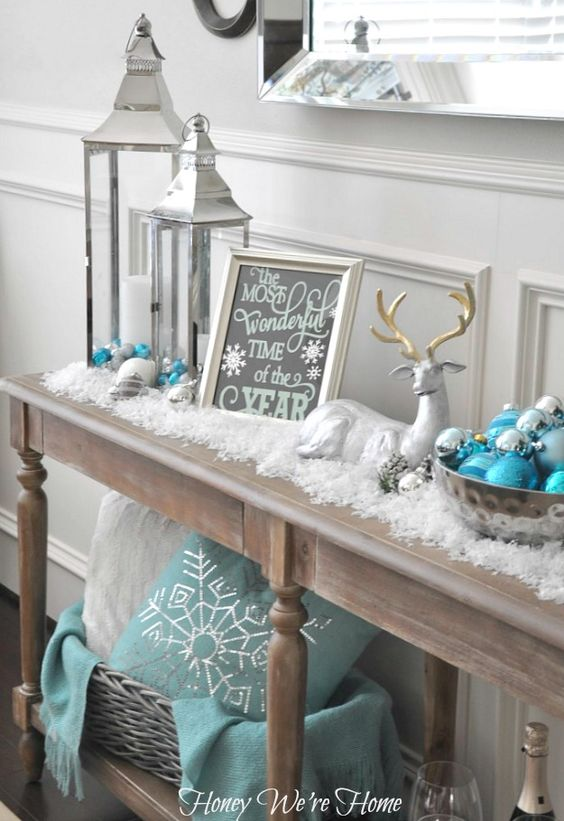 Mint, aqua, and white snowy Christmas decor via Honey We're Home Tono de madera para la mesa de comedor, combina bien con plata, blanco, aguamarina, gris