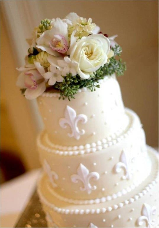 New Orleans Chic #fleurdelis #Weddingcakeflowers