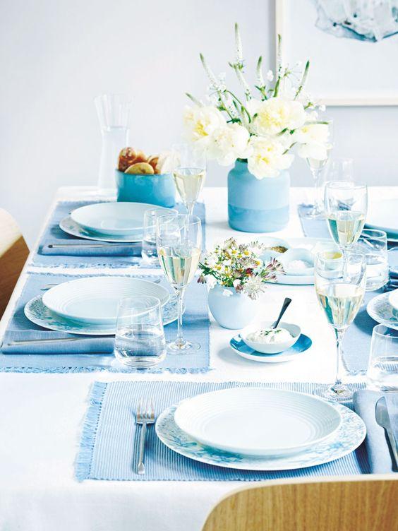 Wer hat nicht weißes Geschirr im Schrank stehen? Wird es mit blauen Tischsets, Tellern, Schalen und Vasen kombiniert, bekommt der Tisch eine harmonische und frische Note.