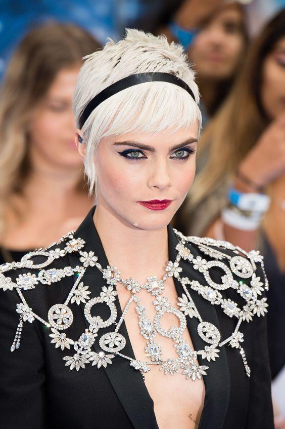 Cara Delevingne con questa fascia è la regina dei capelli corti
