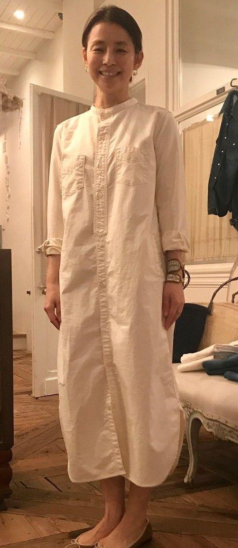 白いワンピースを着た石田ゆり子