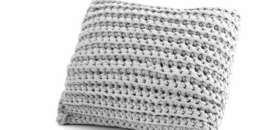 Gemütlich Kissen dürfen auf der Couch nicht fehlen und sorgen für Gemütlichkeit. Mit dieser Anleitung gelingt das Häkelkissen auch Anfängern ganz schnell.