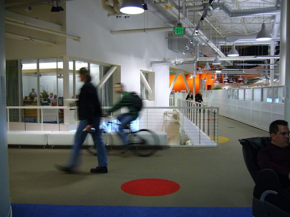 Google, no podia faltar en la lista de las oficinas mas cool, que tal esta decoracion del tipo industrial?